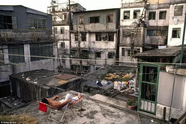 外媒镜头下的香港:繁华背后竟是一座平民窟7.webp.jpg