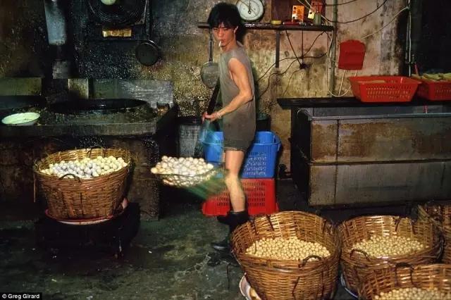 外媒镜头下的香港:繁华背后竟是一座平民窟8.webp.jpg