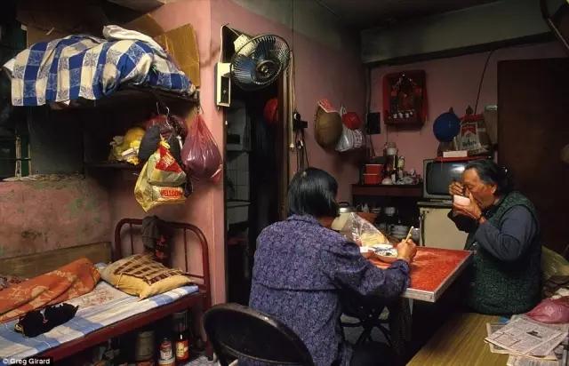 外媒镜头下的香港:繁华背后竟是一座平民窟9.webp.jpg