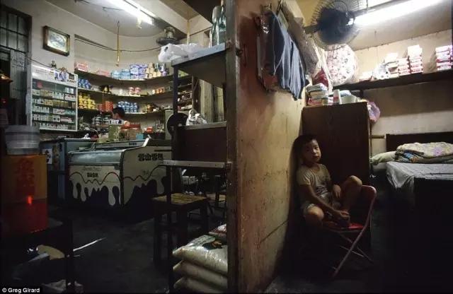 外媒镜头下的香港:繁华背后竟是一座平民窟14.webp.jpg