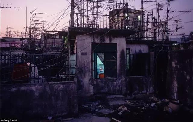 外媒镜头下的香港:繁华背后竟是一座平民窟22.webp.jpg