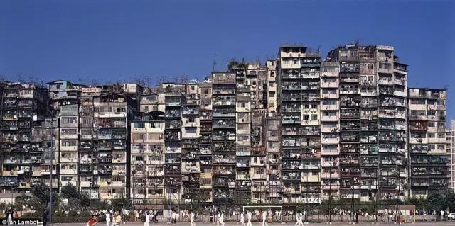 外媒镜头下的香港:繁华背后竟是一座平民窟23.webp.jpg